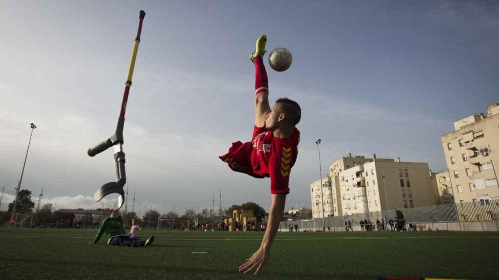 Ihan Ettalib, de la selección española de amputados, ejecutando una 'chilena'.