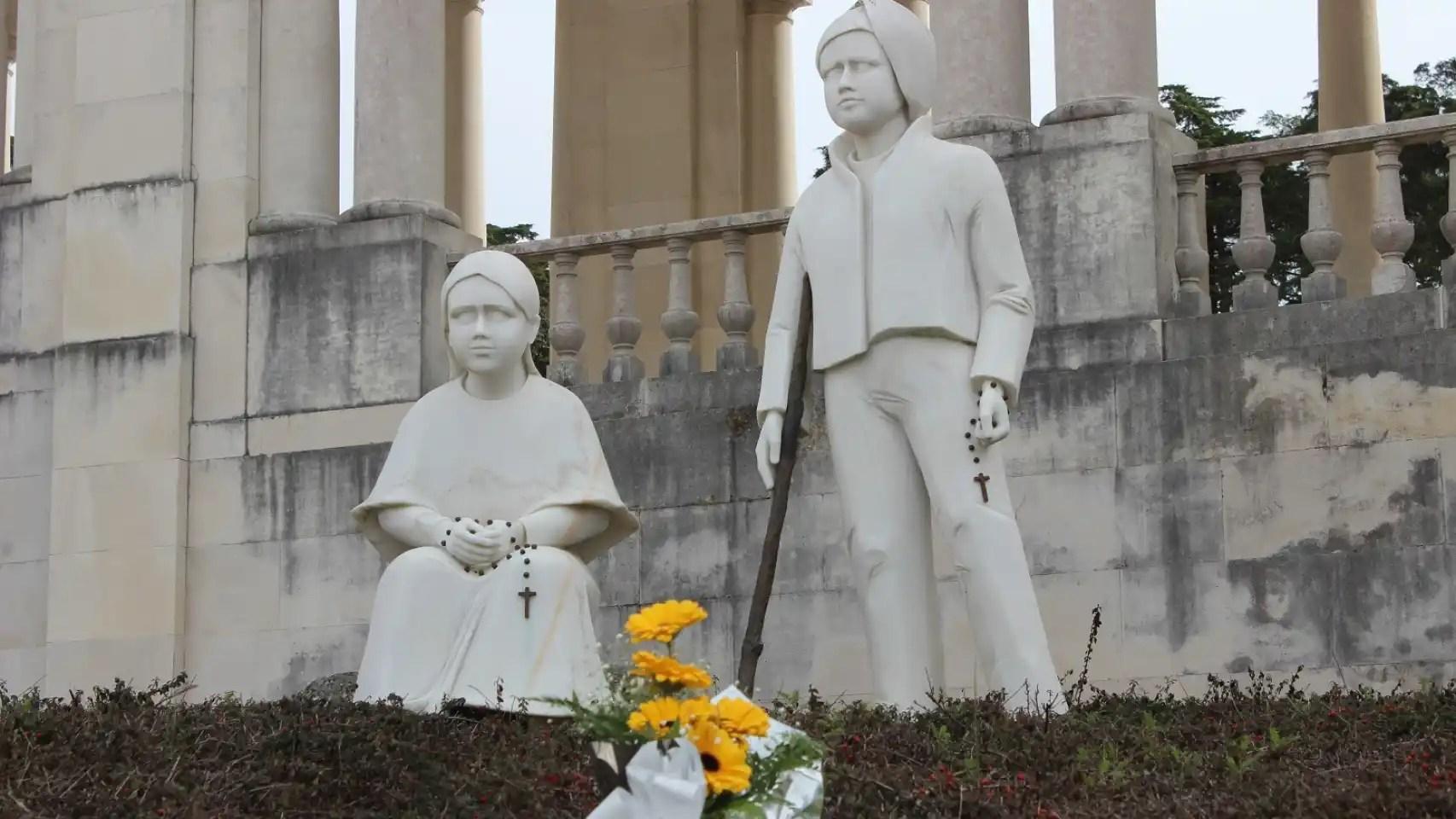 Francisco y Jacinta, los pastorcillos ya canonizados, tienen una estatua en el santuario.