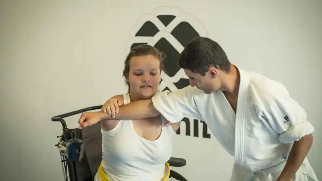 Ana practicando karate.