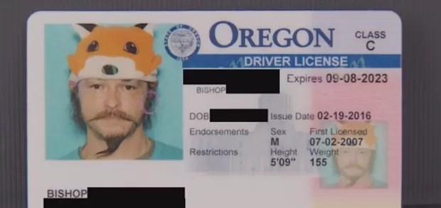 Homem ganha direito de usar chapéu de raposa em documento nos EUA (Foto: Reprodução)