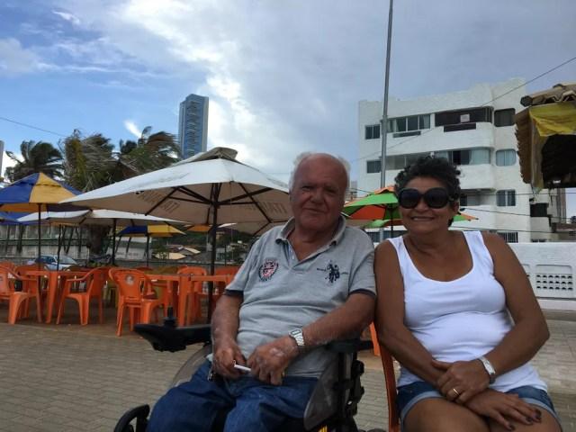 Italiano Pier Luigi Bellucci e Apolônia Maria da Silva moram ao lado do Hotel Reis Magos — Foto: Leonardo Erys/G1