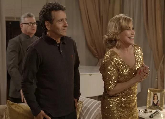 Aderbal e Consuelo não acreditam quando a atriz aparece no apartamento (Foto: TV Globo)