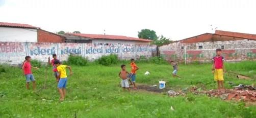 Meninos que tiveram a bola confiscada por vizinha em Presidente Dutra (MA) ganham terreno emprestado para jogar futebol. — Foto: Reprodução/TV Mirante
