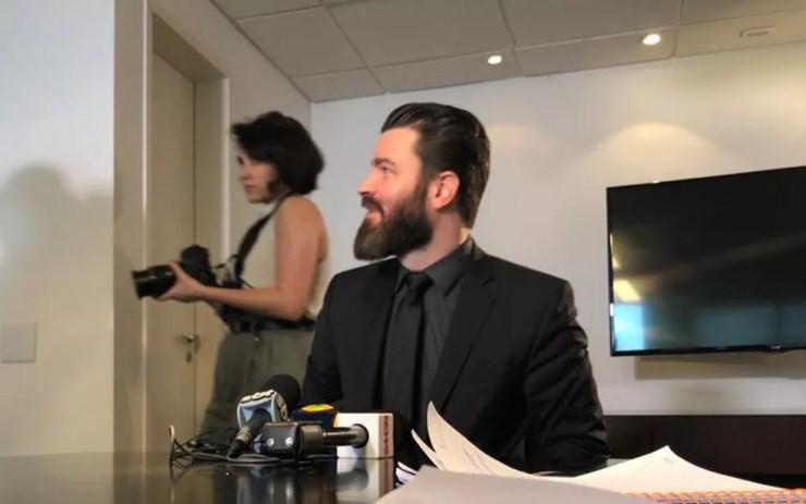 Advogado Jacob Filho, que defende os interesses de uma testemunha, fala aos jornalistas em São Paulo sobre caso do jogador Daniel — Foto: Kleber Tomaz/G1