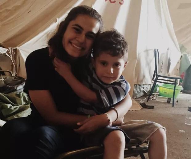 Gabriela com um garoto refugiado (Foto: Arquivo pessoal/Gabriela Shapazian)