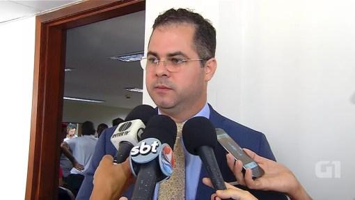 Cristiano Feitosa, secretário de Administração e Recursos Humanos, afirma que governo vai pagar 13º salário atrasado (Foto: Reprodução/Inter TV Cabugi)