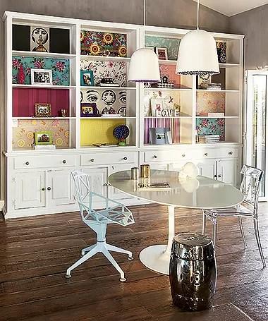 A estante ficou mais divertida com as sobras de papel de parede  (Foto: Cacá Bratke/ Editora Globo)