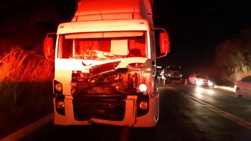 Motocicleta bateu em caminhão — Foto: Divulgação/PRF
