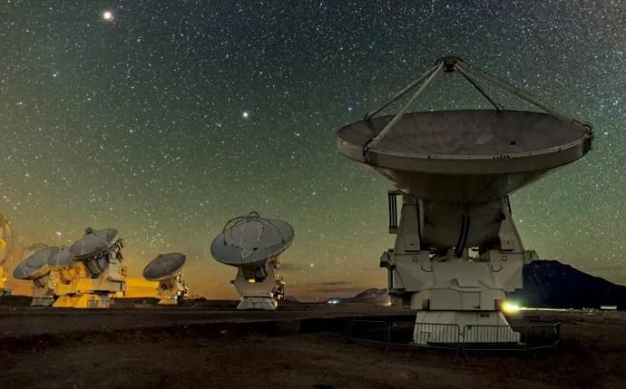 """São 66 """"antenas parabólicas"""" (12 com sete metros de diâmetro e 54 com 12 metros) cujos sensores gelados, que trabalham a até -269°C, captam as luzes e, consequentemente, as informações delas, que vêm do espaço em frequências de extrema precisão (Foto: B. Tafreshi (twanight.org), ESO)"""