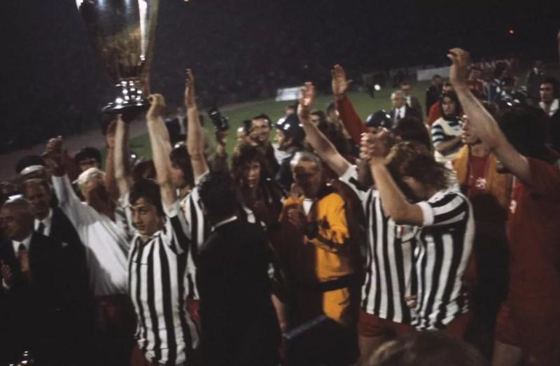 Cruyff, com a camisa da Juventus, levanta a taça do título de 1973 — Foto: Reprodução/Twitter