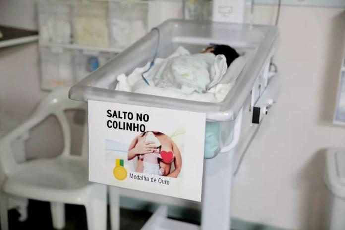 """Bebês receberam placas de identificação com um tipo de """"modalidade olímpica""""  — Foto: Divulgação/SES-AM"""