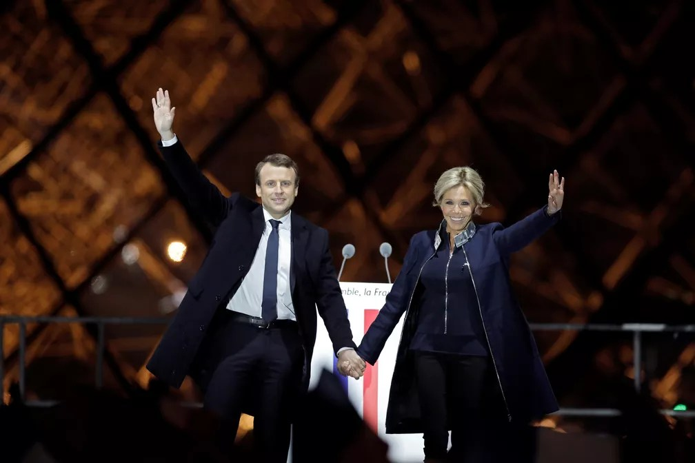 O presidente eleito Emmanuel Macron e sua mulher, Brigitte Trogneux, comemoram a vitória em palco montado em frente ao Museu do Louvre (Foto: REUTERS/Benoit Tessier)