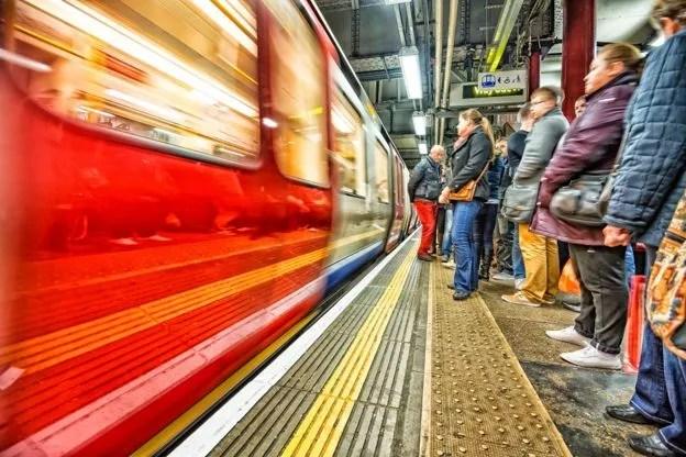 No metrô, não precisa que ninguém diga para você esperar atrás da linha amarela (Foto: Getty Images)