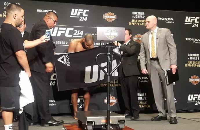 Daniel Cormier pesagem UFC 214 (Foto: Marcelo Barone)