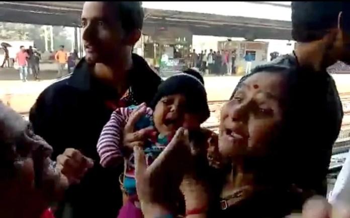 Bebê que saiu em trilhos de trem em estação na Índia foi salva e saiu ilesa do acidente — Foto: NNIS / AFP
