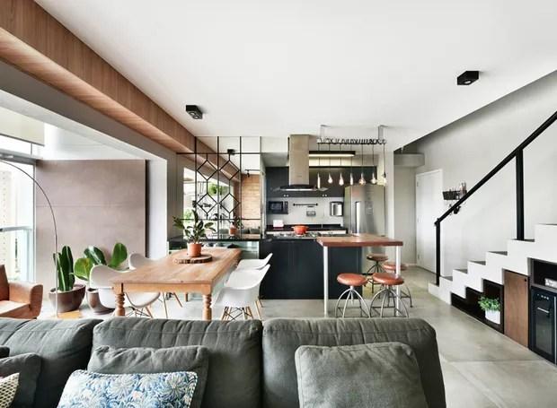 SALA DE JANTAR | O piso em cimento queimado foi preservado da planta original e recebeu um tratamento para melhorar o acabamento. A mesa de jantar e as cadeiras já pertenciam ao acervo dos moradores  (Foto: Sidney Doll/Divulgação)