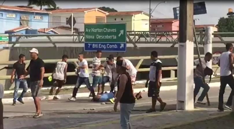 Integrantes de torcidas organizadas de ABC e América-RN brigam próximo à Arena das Dunas (Foto: Reprodução)