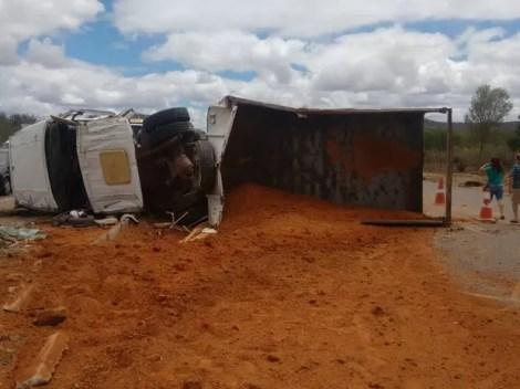 Motorista do caminhão ficou ferido, de acordo com a Polícia Civil (Foto: Divulgação/Polícia Civil)
