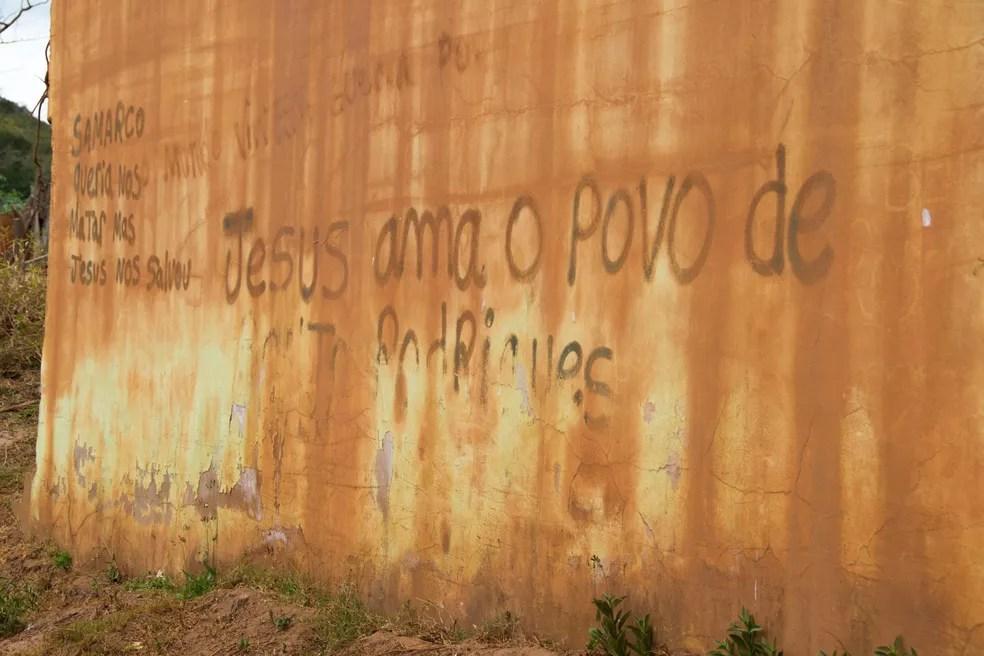 A parede estampa a expressão de fé de ex-moradores do distrito. — Foto: Leonardo Miranda/TV Globo