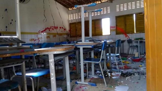 Sala de aula foi depredada e revirada pelos vândalos (Foto: Julianne Barreto/Inter TV Cabugi)