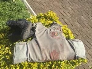Colete do sargento com manchas de sangue após o tiroteio (Foto: Divulgação/Brigada Militar)