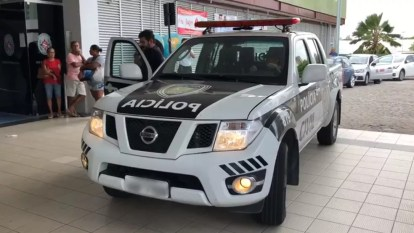 Policiais civis foram para o Hospital de Emergência e Trauma de João Pessoa, após o delegado ser baleado — Foto: Walter Paparazzo/G1
