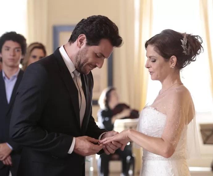 Carolina e Alex trocam alianças (Foto: Felipe Monteiro/ Gshow)