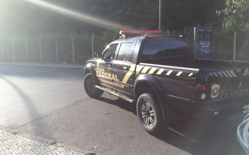 Agentes da Polícia Federal conduziram Álvaro à sede da PF por volta das 8h (Foto: Cristina Boeckel / G1)