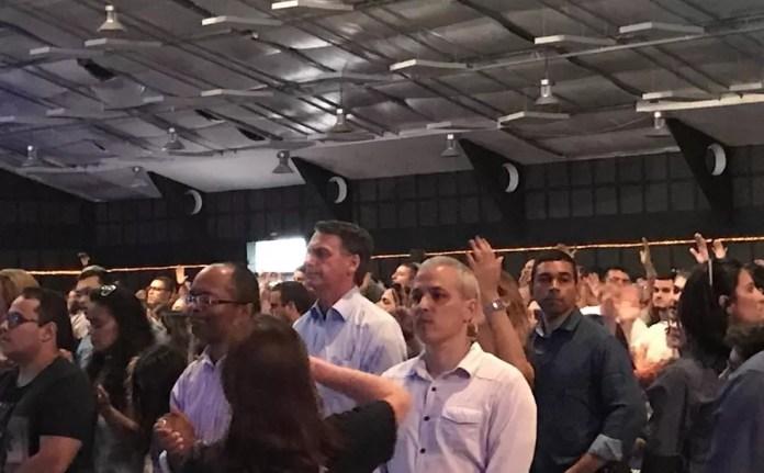 Jair Bolsonaro acompanha culto em Igreja Batista no Rio de Janeiro neste domingo (4) — Foto: Alba Valéria Mendonça/G1
