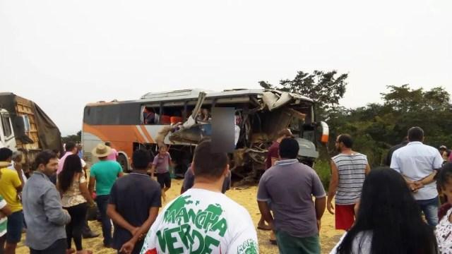 Acidente na BR-364 na região do município de Comodoro envolveu um ônibus e uma carreta: três pessoas morreram — Foto: Divulgação