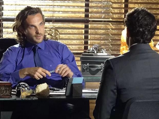 Alberto joga para cima de Hélio a tarefa de demitir os trabalhadores (Foto: Flor do Caribe / TV Globo)