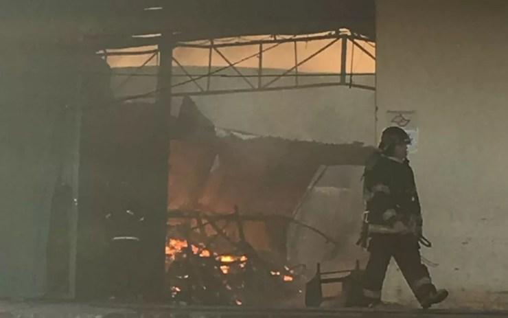 Equipes do Corpo de Bombeiros estão no local desde a madrugada desta segunda-feira (5) (Foto: André Modesto/TV Tem)