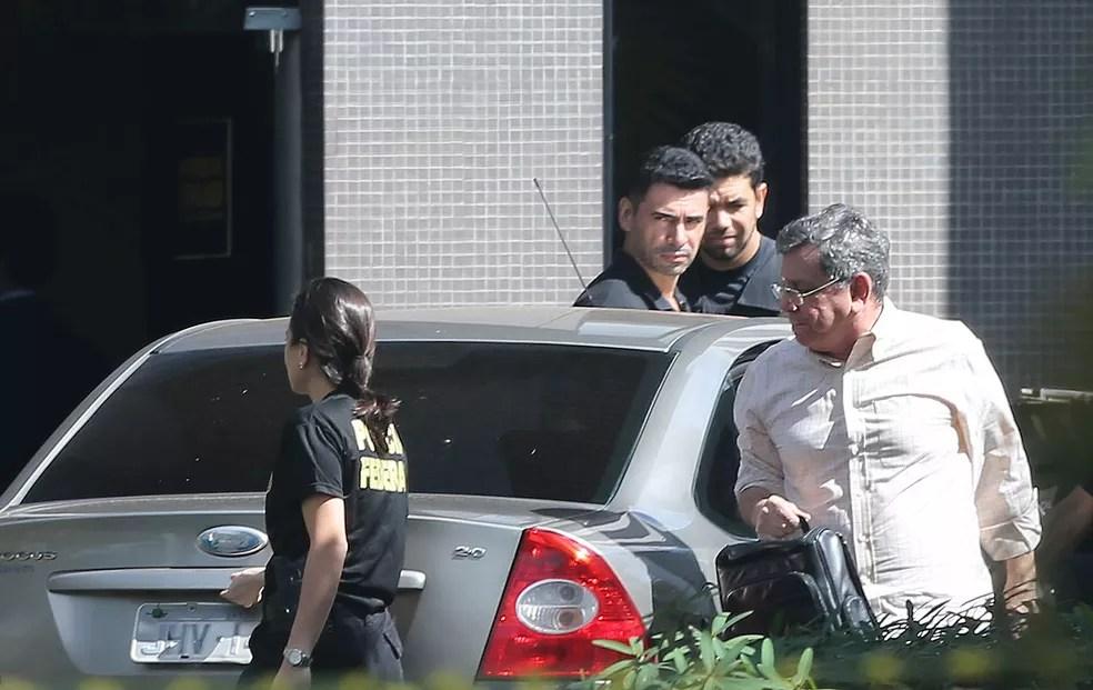 Tadeu Filippelli (PMDB), à direita, ex-vice-governador e atual assessor especial do presidente Michel Temer, chega à sede da Polícia Federal em Brasília após ser preso pela Polícia Federal na Operação Panatenaico (Foto: Nilton Fukuda/Estadão Conteúdo)