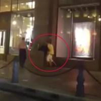 Casal choca russos ao fazer sexo em calçada de loja famosa