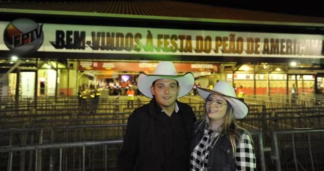 Lion e Gabriele, de Santa Bárbara d'Oeste, marcam presença na noite de abertura da edição 2019 da Festa do Peão de Americana — Foto: Júlio César Costa/G1