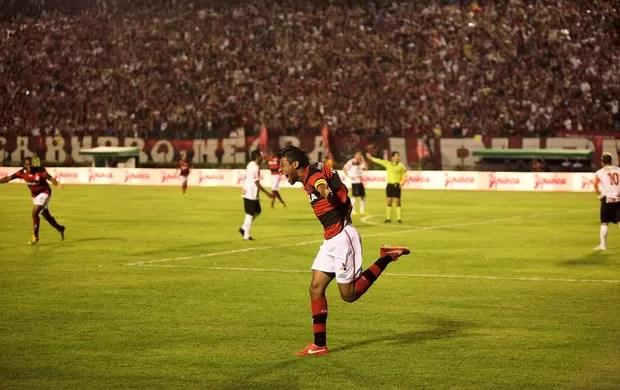 Leo Moura gol Flamengo x Santa Cruz (Foto: Fernando Priamo / Ag. Estado)