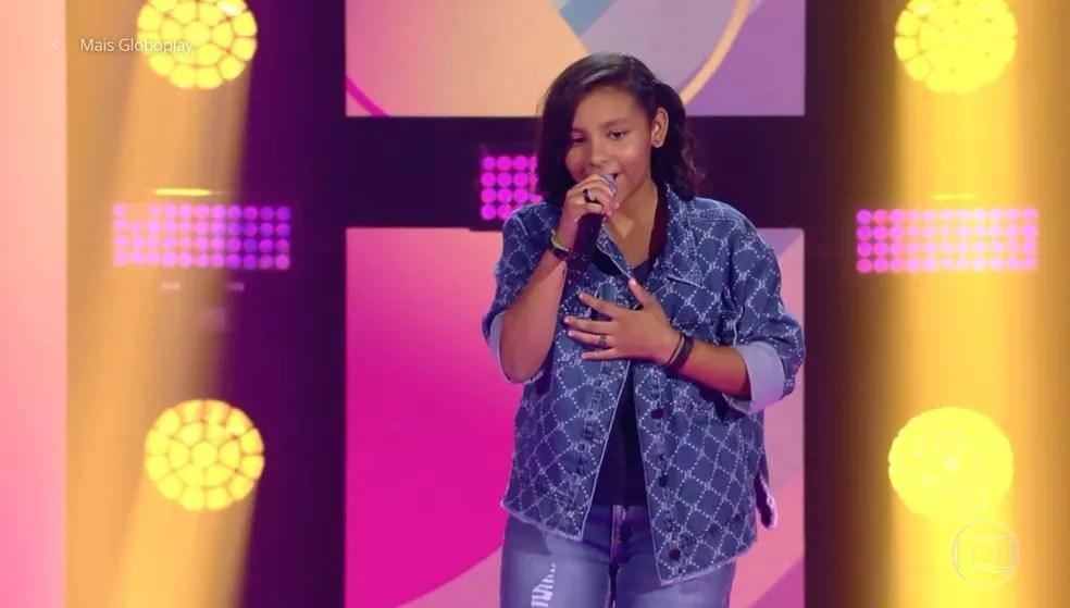Iádira se apresentou no segundo dia de Audições às Cegas do 'The Voice Kids' — Foto: TV GLOBO