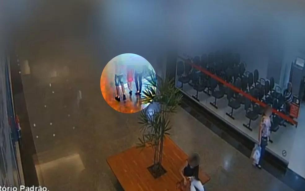 Câmeras mostram jovem que confessou morte da namorada passeando em shopping com ex e filhos após queimar corpo — Foto: Reprodução/TV Anhanguera