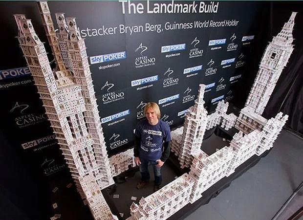 O Big Ben e o Palácio de Westminster, ícones de Londres, ganharam suas representações com 50 mil cartas (Foto: Divulgação)