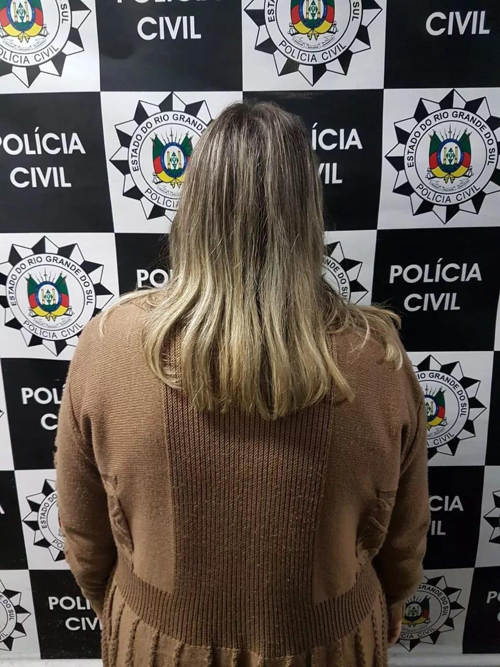Mulher presa é mãe de homem investigado por ser mentor do roubo (Foto: Polícia Civil/Divulgação)