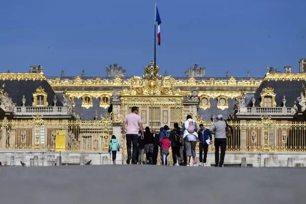 Turistas no Palácio de Versailles, na França (Foto: Kenzo Tribouillard/AFP)