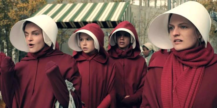 Elisabeth Moss (à direita) em 'The Handmaids Tale' (Foto: Divulgação)