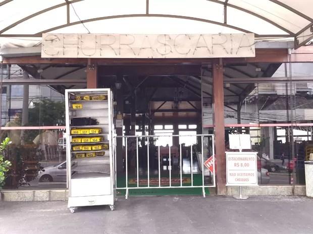 Cavalete impedia entrada de clientes, que foram surpreendidos pela interdição do Raja Grill. (Foto: Pedro Triginelli/ G1)