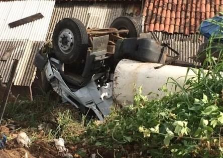 Caminhão-pipa após cair em ribanceira — Foto: Ney Lima/Divulgação