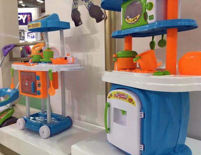 A Calesita foi uma de diversas empresas que expuseram, na 35ª Abrin, em São Paulo, kits de cozinha sem o cor-de-rosa, almejando agradar aos pais e mães de meninos (Foto: Ana Carolina Moreno/G1)