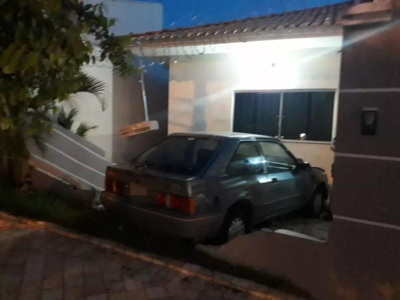 Motorista perde controle do carro e invade casa em Votuporanga — Foto: Arquivo Pessoal