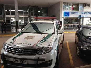 Carro de polícia em frente ao hotel em Brasília onde corpo de médico foi encontrado (Foto: Lucas Salomão/G1)