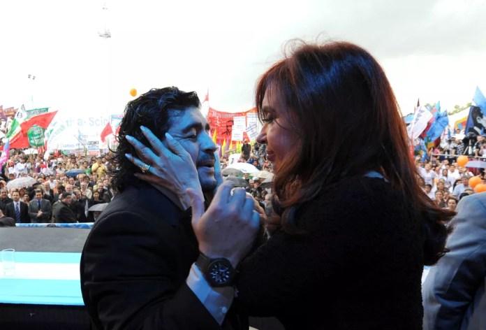 Maradona é fotografado com a então presidente argentina, Cristina Kirchner, durante a campanha para sua reeleição em 2 de dezembro de 2010 — Foto: Presidência Argentina/Reuters/Arquivo