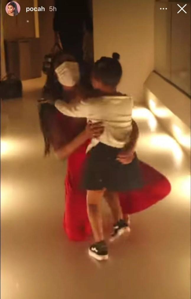 O emocionante reencontro de Pocah e da filha, Vitória — Foto: TV Globo