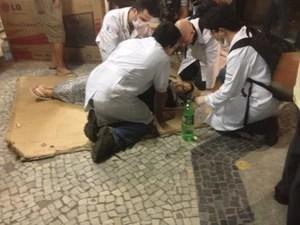 Mulher é atendida por médicos durante confronto em manifestação em Niterói, no RJ (Foto: Priscilla Souza/G1)